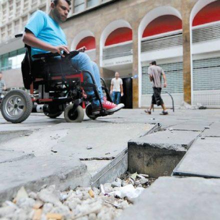 Calçadões repletos de buracos ameaçam pedestres em SP; Prefeitura promete revilitação