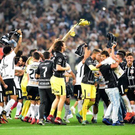 De virada, Corinthians bate o Fluminense e confirma hepta