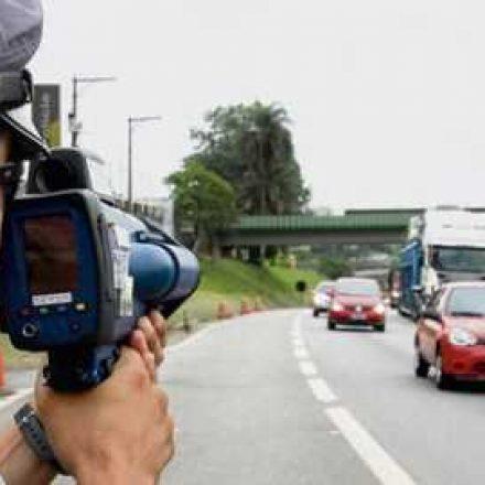 Excesso de velocidade gera uma infração por minuto em rodovias
