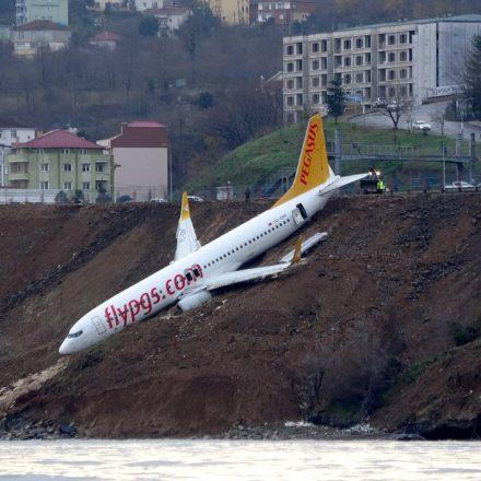 Avião derrapa na aterrissagem e fica pendurado em barranco na Turquia