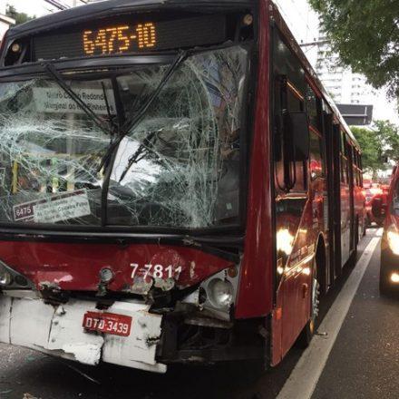 Dois ônibus batem e 17 passageiros ficam feridos na Marginal Pinheiros