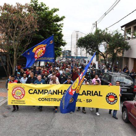 Operários da construção param obras em SP por salário e direitos