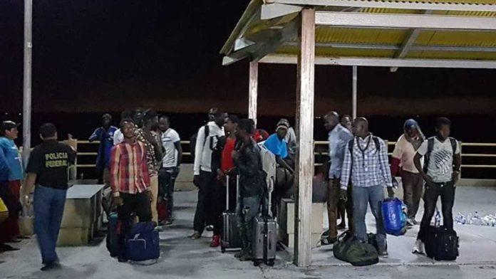 Barco com 25 africanos é resgatado na costa brasileira