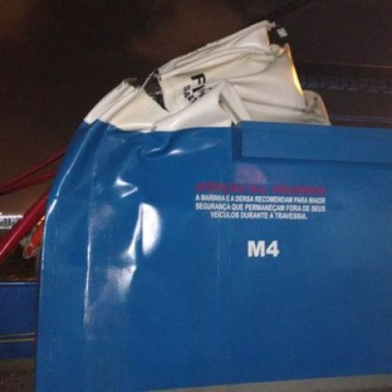 Navio bate em três balsas no Porto de Santos