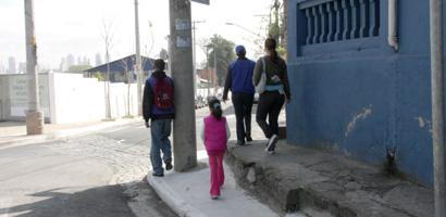 Vários postes ainda atrapalham pedestres em calçadas de São Paulo