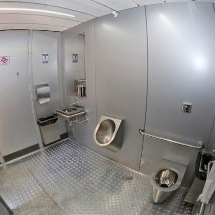 Projeto de lei prevê adicional de insalubridade para quem faxina banheiros públicos