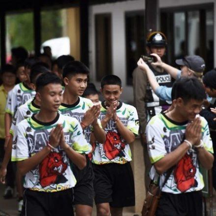 Meninos resgatados de caverna na Tailândia deixam hospital
