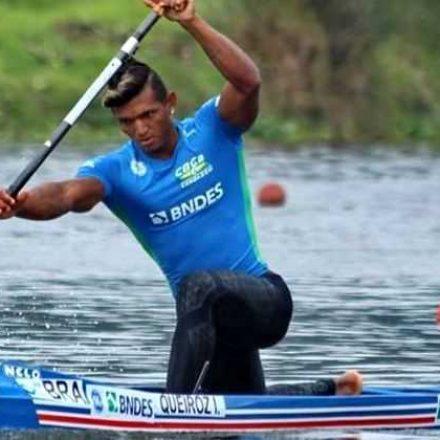Isaquias Queiroz supera rival alemão e é tricampeão mundial na canoagem C1 500m