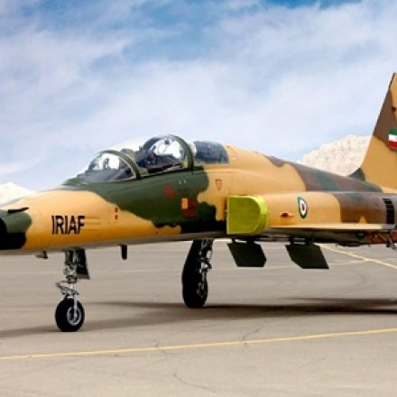 Irã exibe primeiro avião de combate fabricado no próprio país