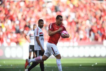 Damião brilha contra o São Paulo, passa Escurinho e fica perto de top 10 dos artilheiros do Inter