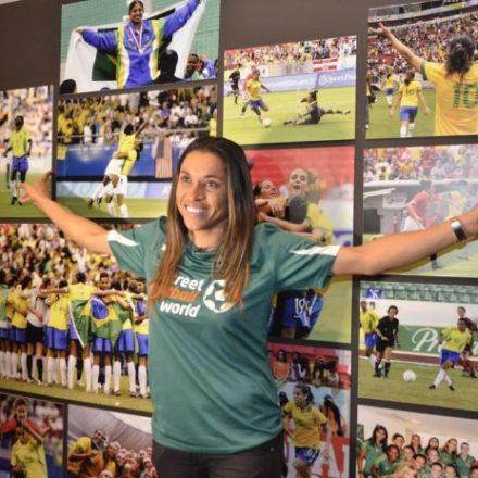 Maracanã recebe painel em homenagem à jogadora Marta