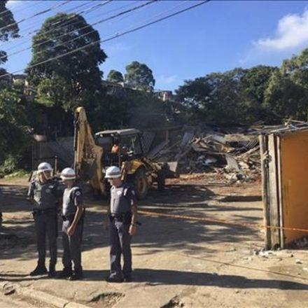 Três mil famílias são retiradas de terreno em reintegração de posse em Taboão da Serra