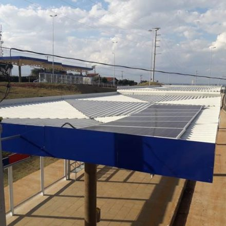 Placas de energia solar são instaladas em alguns pontos de ônibus, no interior paulista