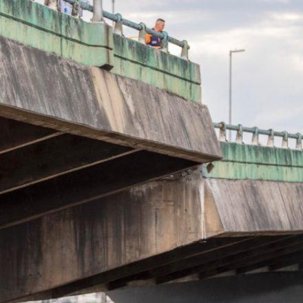 Viaduto que cedeu na marginal Pinheiros corre risco de desabar, diz secretário