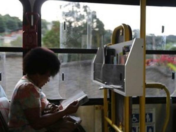 Distribuição de livros em terminais de ônibus de São Paulo