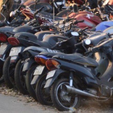 Bandidos invadem pátio de veículos, roubam moto e atiram em cachorro em Suzano