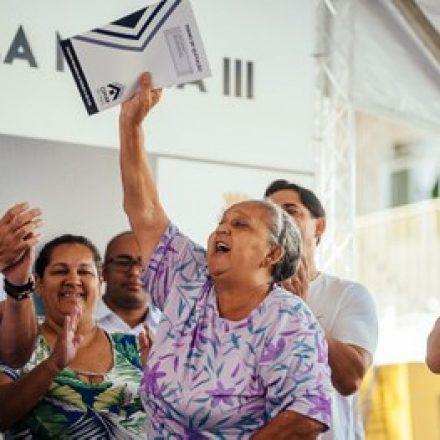 Termos de quitação são entregues aos moradores do Conjunto Vila Maria III