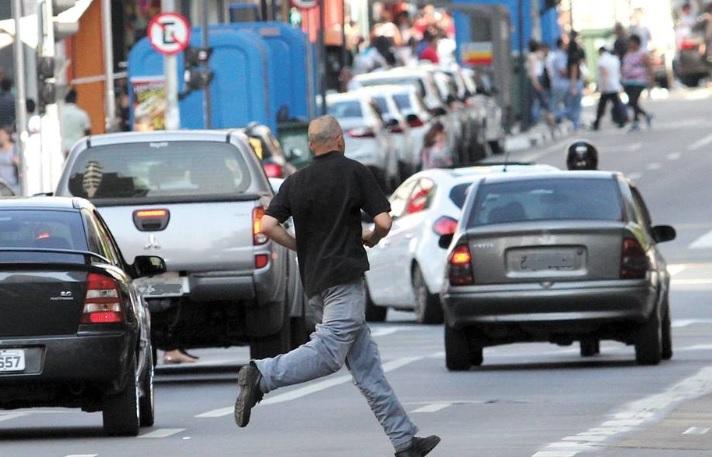 Multa para pedestres deve ser adiada mais uma vez; medida teria início em março