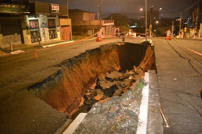 Asfalto cede na Zona Sul e abre buraco no meio da via
