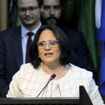 Ministra Damares aconselha pais de meninas a fugirem do Brasil