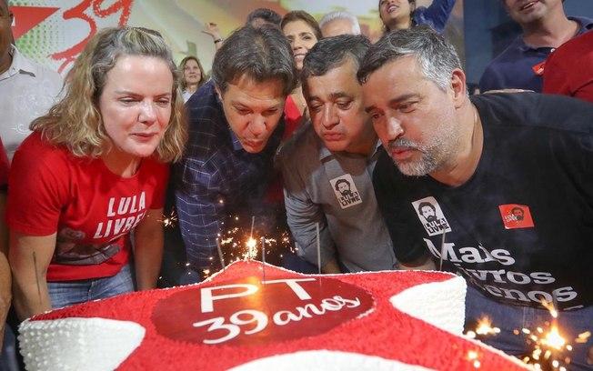 """""""Em 30 dias, família Bolsonaro está mais enrolada que PT em 39 anos"""", diz Haddad"""