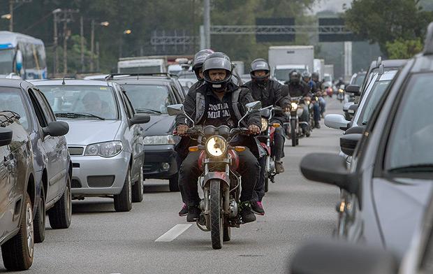 CET orienta motociclistas a usarem pista local da marginal Pinheiros