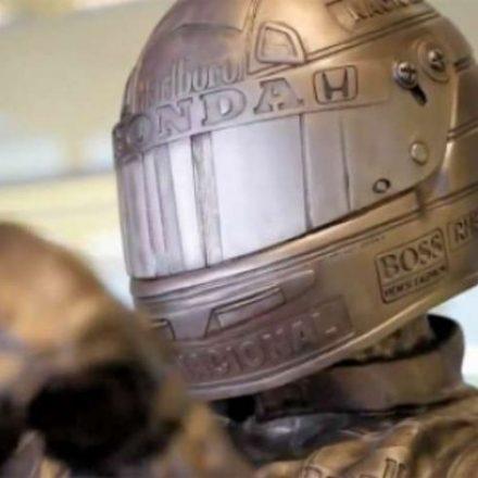 Tricampeão com a equipe, Ayrton Senna ganha estátua de bronze na sede da McLaren