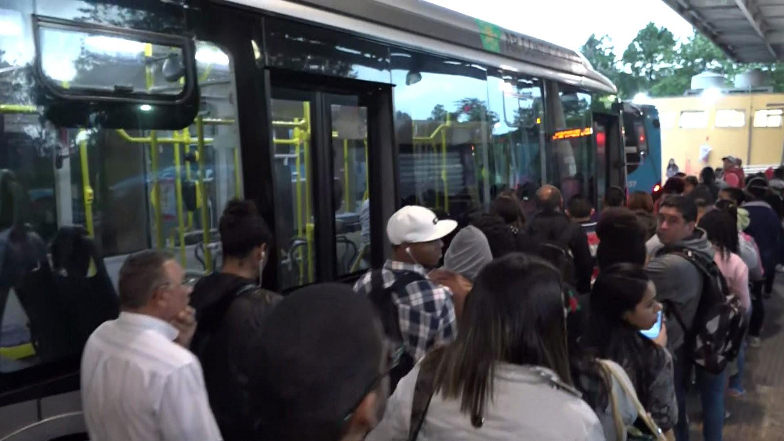 Paralisação de motoristas e cobradores afeta circulação de ônibus em SP