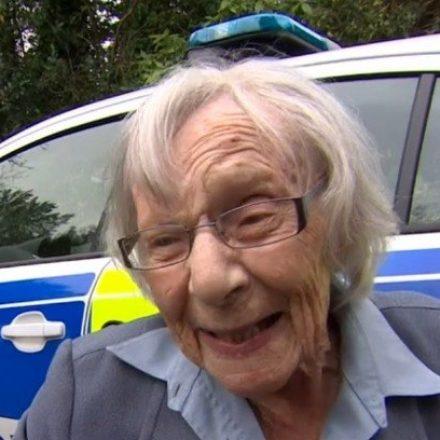 """Idosa de 104 anos consegue realizar o sonho de ser """"presa"""" pela primeira vez"""