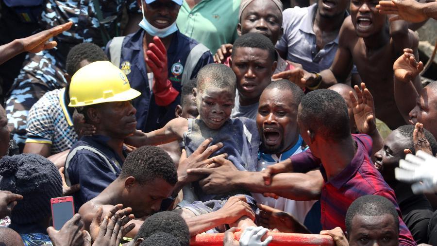 Mais de 100 crianças ficam soterradas após desabamento de escola na Nigéria