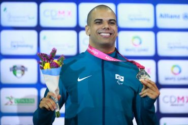 André Brasil, de 14 medalhas paralímpicas de natação, é impedido de seguir competindo na modalidade
