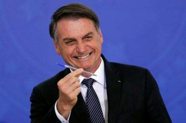 Bolsonaro assina decreto que encerra com o horário de verão
