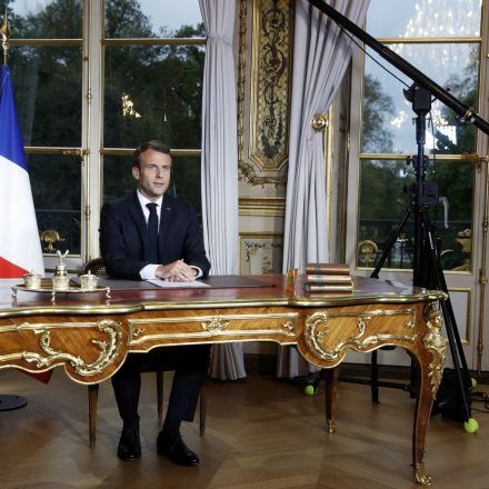 Emmanuel Macron promete reconstruir Notre-Dame em até 5 anos