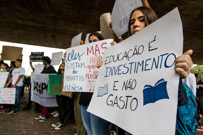 Professores e estudantes vão às ruas pela educação