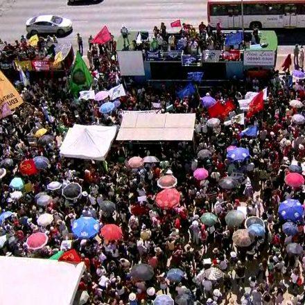 Cidades brasileiras registram atos em defesa da educação