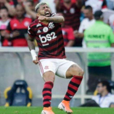 Flamengo bate Botafogo e segue na luta pela liderança