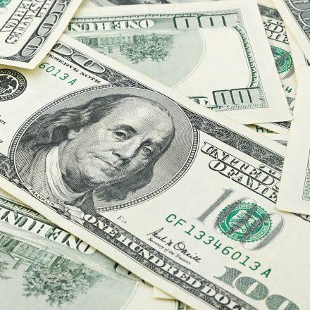 Dólar opera em alta e volta a bater R$ 4 reais.