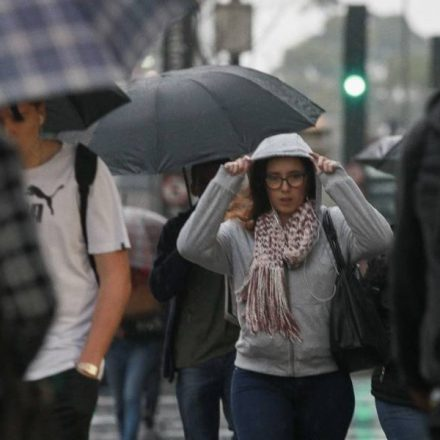 Previsão do tempo: Frente fria derruba temperatura e traz chuva em São Paulo na segunda.