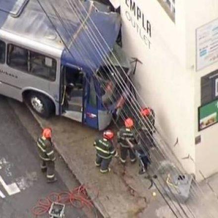 Ônibus invade loja em Santo André e motorista fica preso nas ferragens.