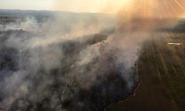 Ministro do Meio Ambiente diz que seca e calor ampliam queimadas.