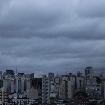 Semana começa com tempo nublado e aumento de temperatura em SP