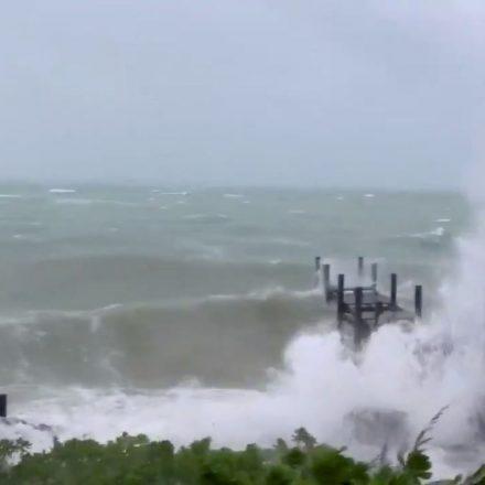 Furacão Dorian aproxima-se da costa da Florida e da Carolina do Sul.