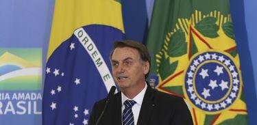 Bolsonaro assina medida que concede 13º aos beneficiários do Bolsa Família