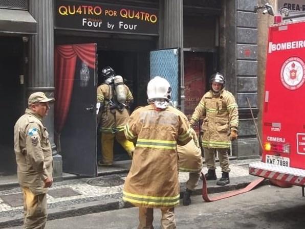 Três bombeiros morrem durante combate a incêndio no RJ