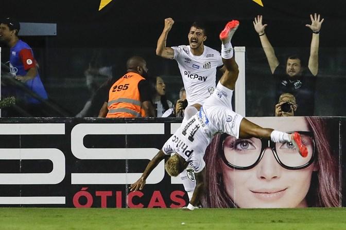 Com direito a olé, Santos bate o Palmeiras e assume a vice-liderança do Brasileirão