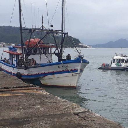 Polícia Ambiental apreende barco com 2,2 toneladas de camarão irregular