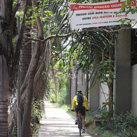 Ciclistas colocam faixa de alerta contra assaltos na Radial Leste