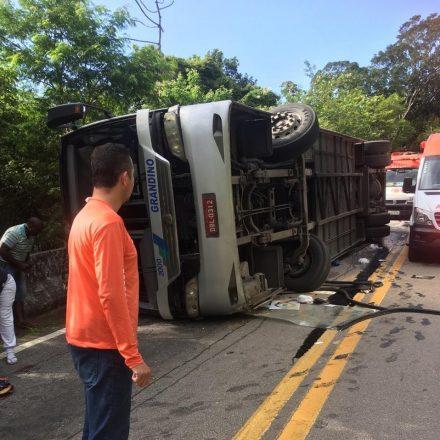 Ônibus com 42 adolescentes capota na Rio-Santos