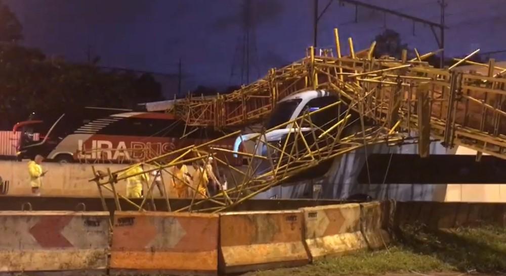 Prefeitura começa a investigar queda da passarela na Marginal Tietê