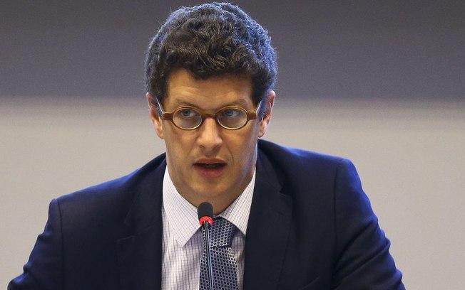 Ministro diz agir com cuidado sobre óleo nas praias para não prejudicar o turismo